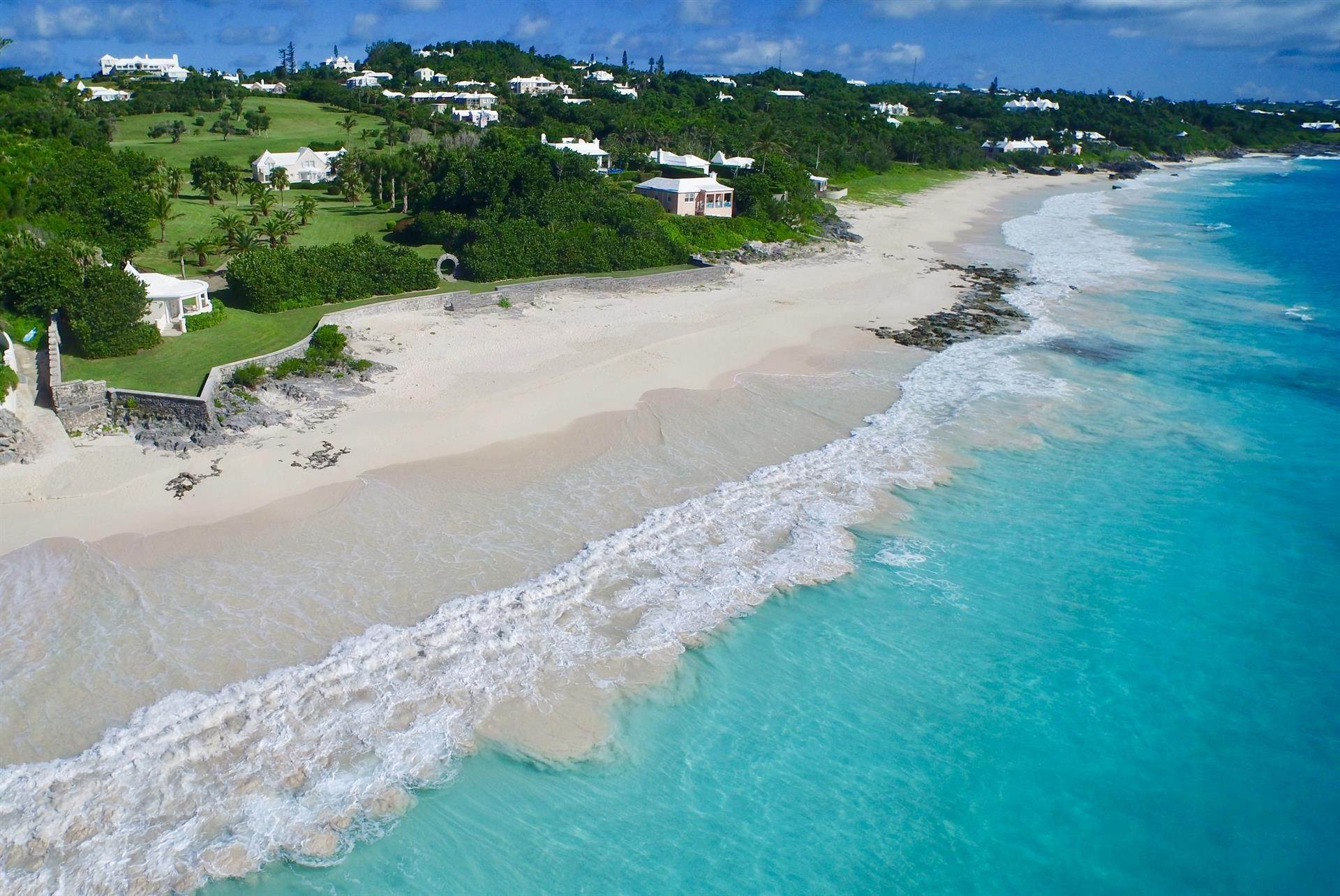 1. Aan het strand Property voor Verkoop op Chelston on Grape Bay Beach Chelston on Grape Bay Beach, 12 Grape Bay Drive,Bermuda – Sinclair Realty