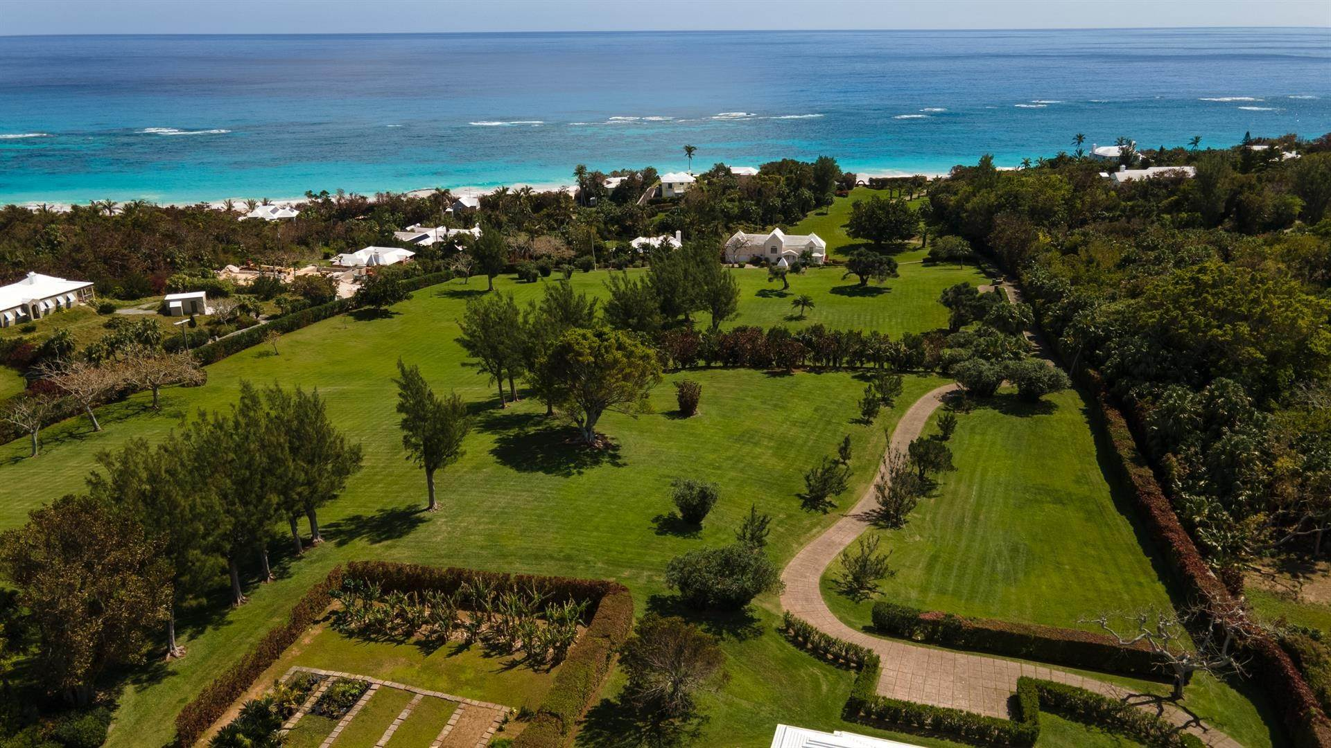 38. Aan het strand Property voor Verkoop op Chelston on Grape Bay Beach Chelston on Grape Bay Beach, 12 Grape Bay Drive,Bermuda – Sinclair Realty