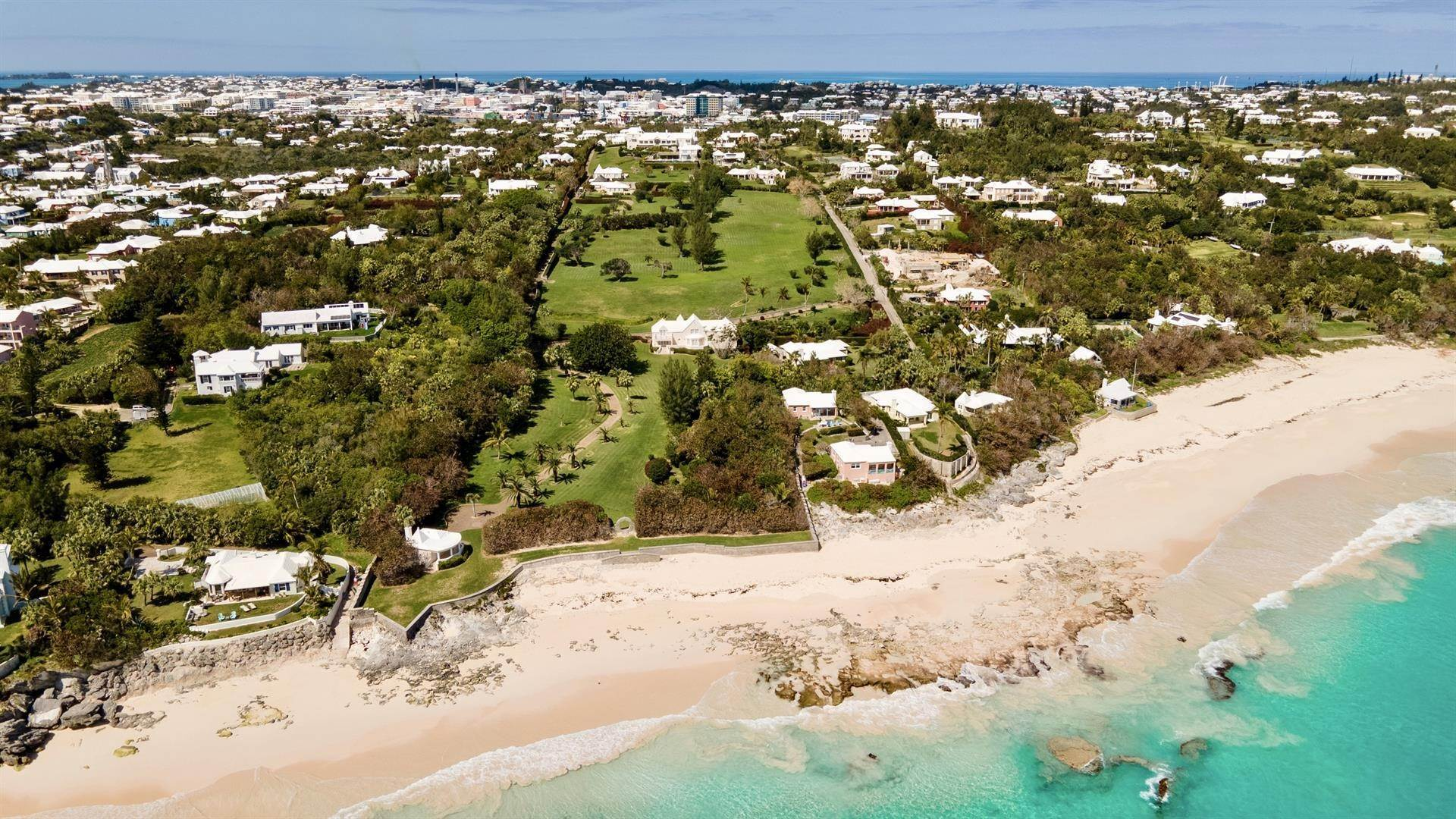 50. Aan het strand Property voor Verkoop op Chelston on Grape Bay Beach Chelston on Grape Bay Beach, 12 Grape Bay Drive,Bermuda – Sinclair Realty