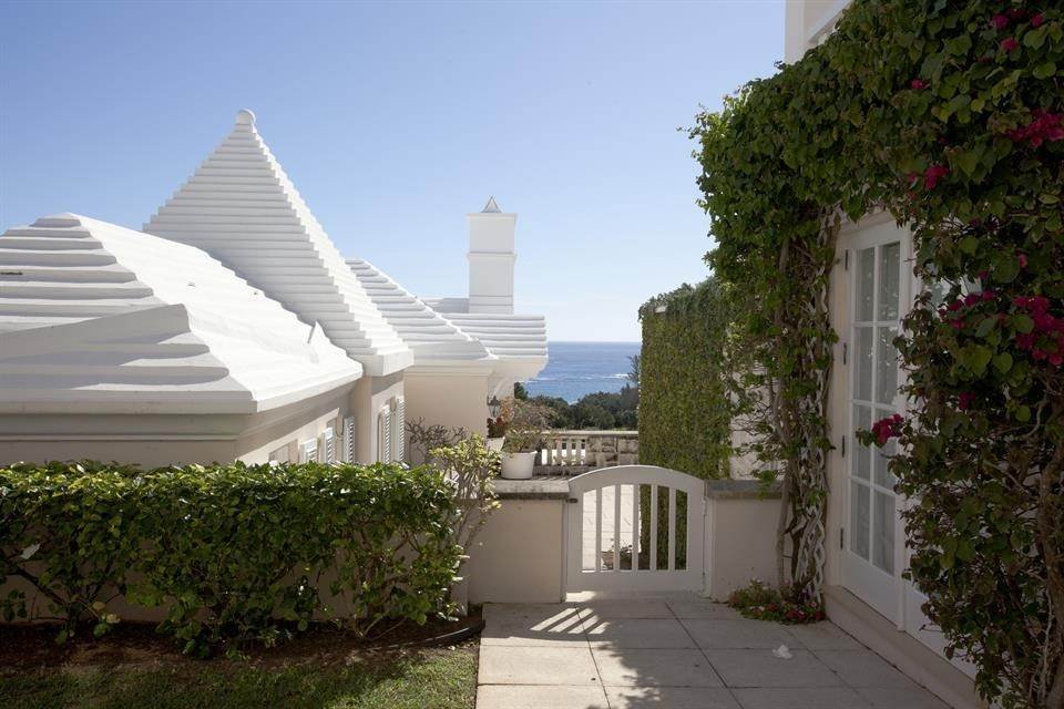 29. Aan het strand Property voor Verkoop op Chelston on Grape Bay Beach Chelston on Grape Bay Beach, 12 Grape Bay Drive,Bermuda – Sinclair Realty