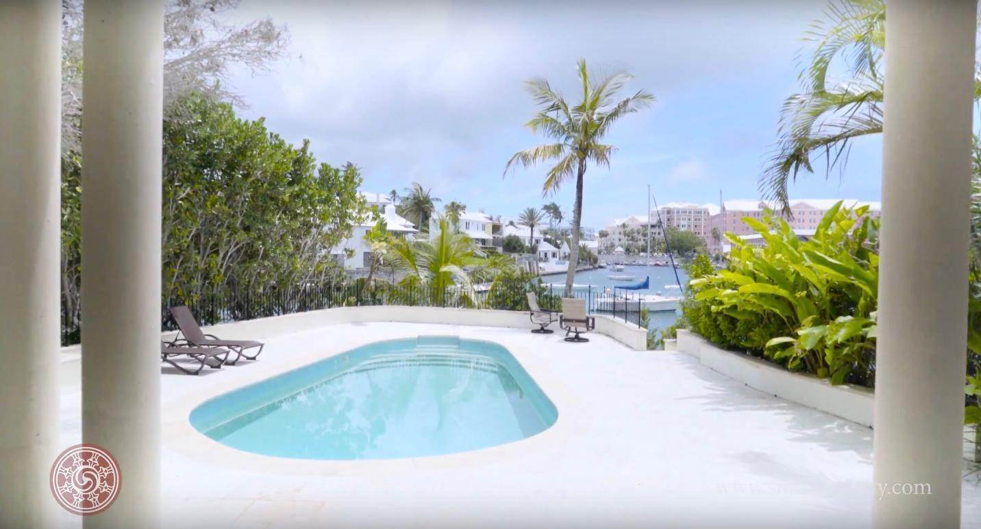 4. Waterfront Property pour l Vente à Edgewater: Elegant Villa On Hamilton Harbour Edgewater: Elegant Villa On Hamilton Harbour, 5 Old Slip Lane,Bermuda – Sinclair Realty