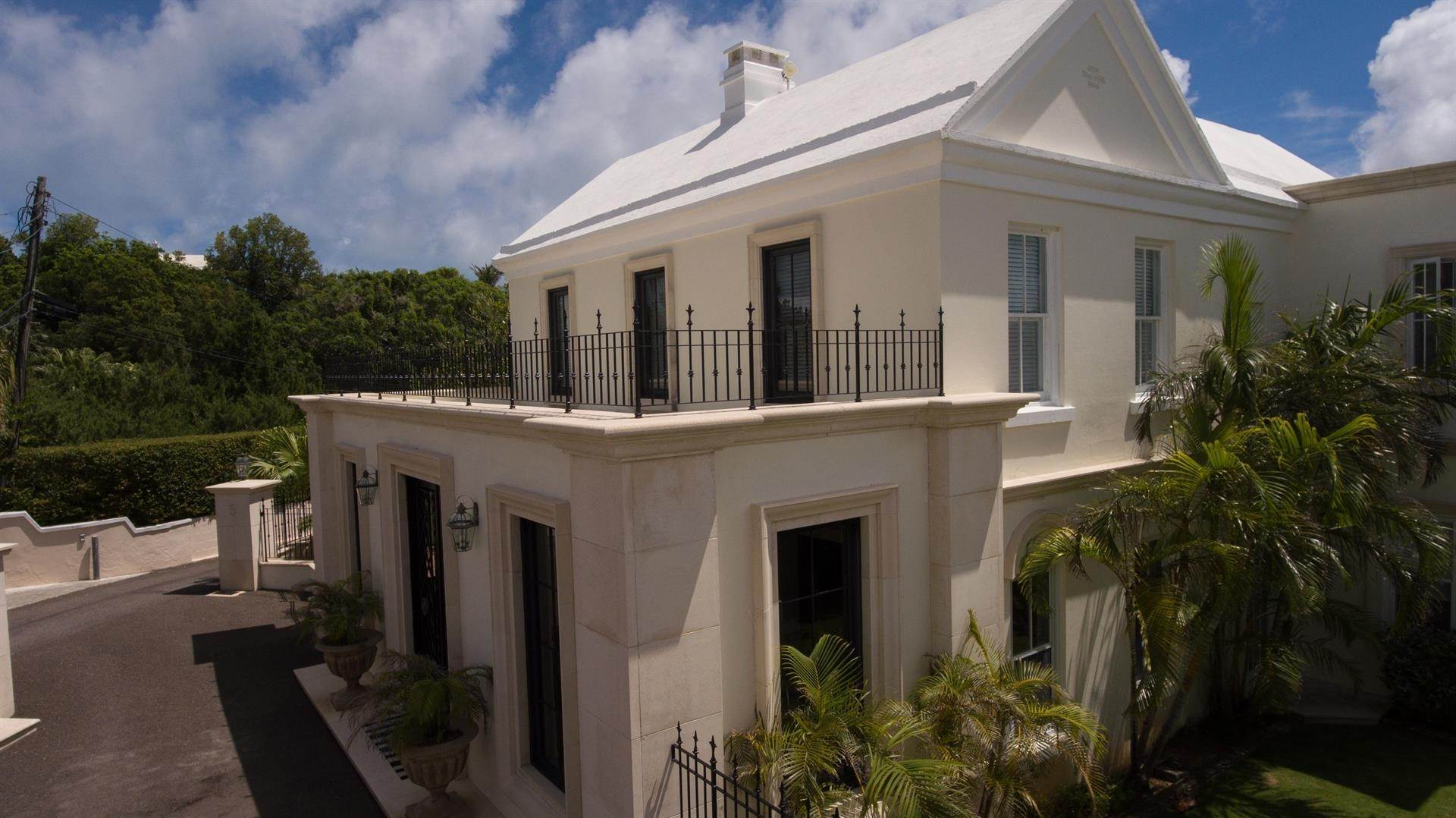 6. Waterfront Property pour l Vente à Edgewater: Elegant Villa On Hamilton Harbour Edgewater: Elegant Villa On Hamilton Harbour, 5 Old Slip Lane,Bermuda – Sinclair Realty