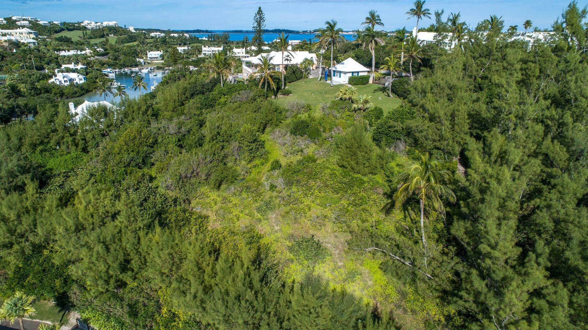 5. Single Family Homes para Venda às Playhouse In Tucker's Town Playhouse In Tucker's Town, 4 Shore Lane,Bermuda – Sinclair Realty