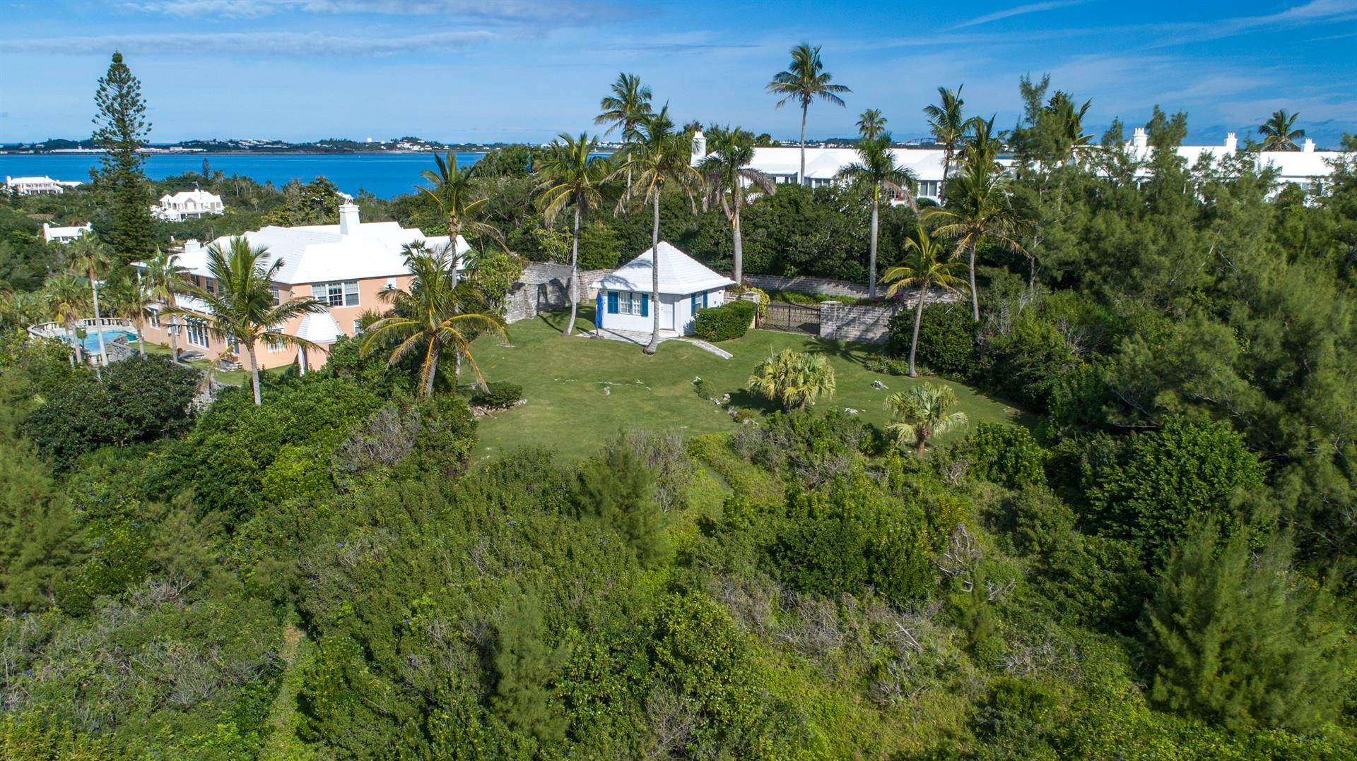 3. Single Family Homes para Venda às Playhouse In Tucker's Town Playhouse In Tucker's Town, 4 Shore Lane,Bermuda – Sinclair Realty